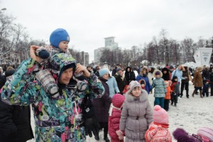 Peope take part in a celebration on Orthodox Christmas at Sokolniky Park, Moscow. [Xinhua]