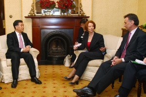 China's Wang Yang (l),  former secretary of the Guangdong Committee of the CPC talks with Australian Prime Minister Julia Gillard and trade minister Craig Emerson. [AP]