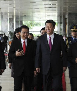 Xi met with Indonesia's Parliament Speaker Marzuki Alie, left [Xinhua]