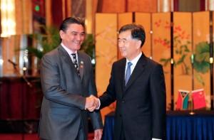 Chinese Vice Premier Wang Yang (R) shakes hands with Vanuatu Prime Minister Moana Carcasses [Xinhua]