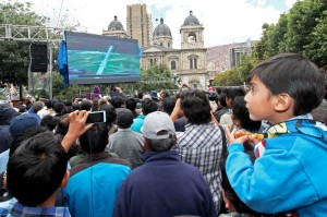 Bolivian citizens watched live broadcast of the launch through a national broadcast [Xinhua]