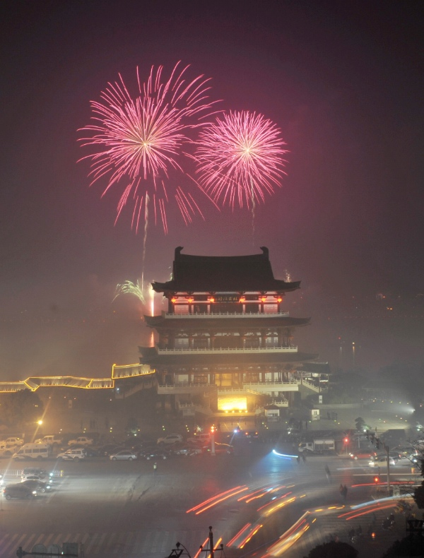 Fireworks light up the sky to celebrate the Spring Festival, or the Chinese Lunar New Year, in Changsha, capital of central China's Hunan Province, Jan. 30, 2013 [Xinhua]