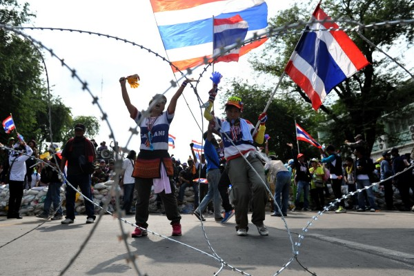 Thai protesters use barb wire to block access near Government House in Bangkok [Xinhua]
