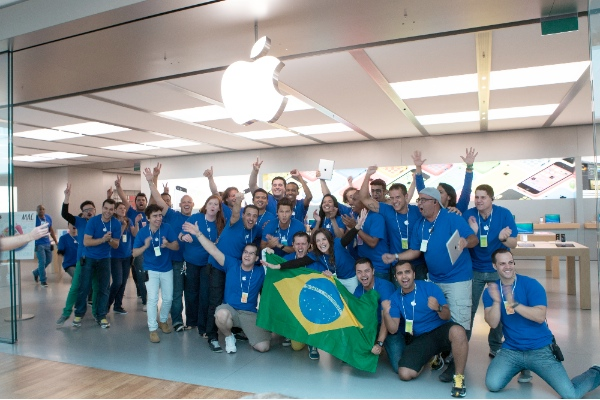 Apple employees wave the national flag to celebrate the opening of an apple store in a Village Mall of Barra da Tijuca district in Rio de Janeiro, Brazil, Feb. 15, 2014 [Xinhua]