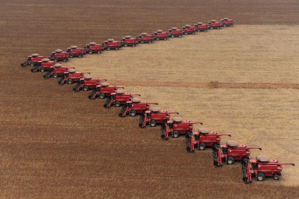 Workers on tractors harvest soybeans in Campo Novo do Parecis, in the Brazilian state of Mato Grosso, Thursday, March 5, 2009 [AP]