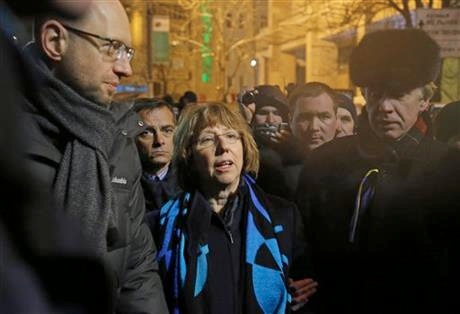 Ukrainian opposition leader Arseniy Yatsenyuk, left, and EU foreign policy chief Catherine Ashton, center, arrive to meet Pro-European Union activists gathered on the Independence Square in Kiev, Ukraine, Tuesday, Dec. 10, 2013 [AP]