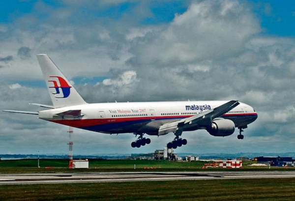 A Malaysian passenger plane carrying 239 people, including 227 passengers and 12 crew members, has lost contact with air traffic control after leaving Malaysia's capital Kuala Lumpur, the carrier said Saturday. This undated file photo from the internet shows a  Malaysia Airlines' Boeing 777 passenger plane (Xinhua)