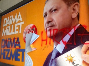 Graffiti on an Erdogan campaign poster says 'thief' in Turkish [Courtesy: Sabral]