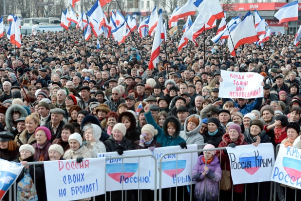 Crowds swell in a pro-Russia rally in Simferopol, capital of Ukraine's Crimea Republic, on March 9, 2014 [Xinhua]