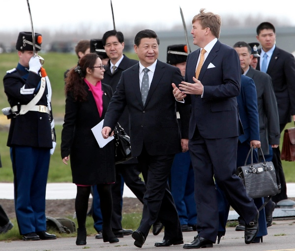 Dutch King Willem-Alexander (R) holds a welcoming ceremony for Chinese President Xi Jinping(L) in Amsterdam, the Netherlands, March 22, 2014 [Xinhua]