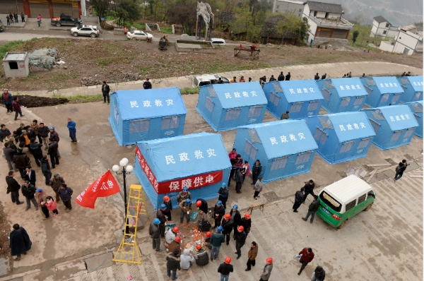 People stay at a settlement site in quake-hit Baisheng Village of Yongshan County, southwest China's Yunnan Province, April 5, 2014 [Xinhua]