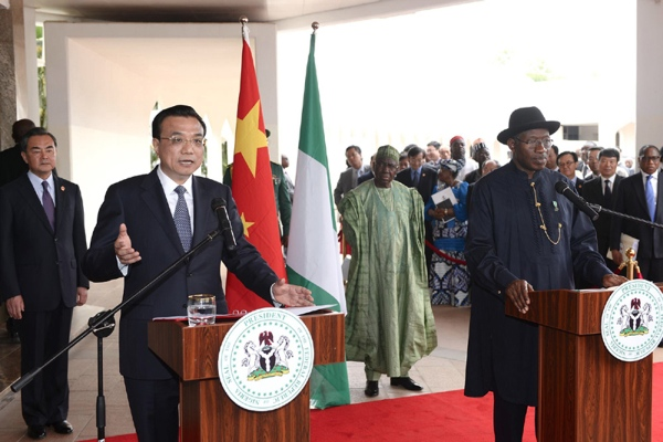 Chinese Premier Li Keqiang (L, front) and Nigerian President Goodluck Jonathan attend a press conference after their talks in Abuja, Nigeria, May 7, 2014 [www.gov.cn]