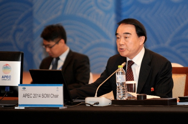 Li Baodong (R), Chinese vice foreign minister and chair of the APEC 2014 first senior officials' meeting, addresses the opening ceremony of the APEC 2014 first senior officials' meeting in Ningbo, a port city in east China's Zhejiang Province, Feb. 27, 2014 [Xinhua]