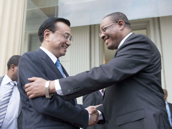 Chinese Premier Li Keqiang (L) shakes hands with Ethiopian Prime Minister Hailemariam Desalegn after their talks in Addis Ababa, Ethiopia, May 4, 2014 [Xinhua]