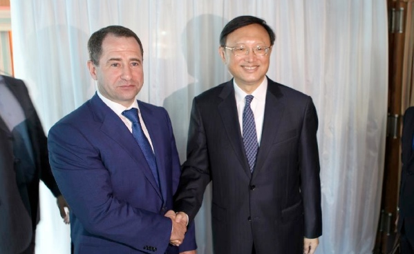 Chinese State Councilor Yang Jiechi (R) shakes hands with Mikhail Babich, Russia's presidential envoy to the Volga Federal District in Samara, Russia, on June 23, 2014 [Xinhua]