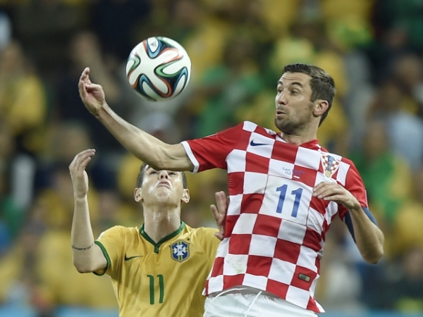 Brazil's Oscar vies with Croatia's Darijo Srna during the opening match of 2014 FIFA World Cup in the Arena de Sao Paulo Stadium in Sao Paulo, Brazil, June 12, 2014. Brazil won 3-1 over Croatia on Thursday [Xinhua]