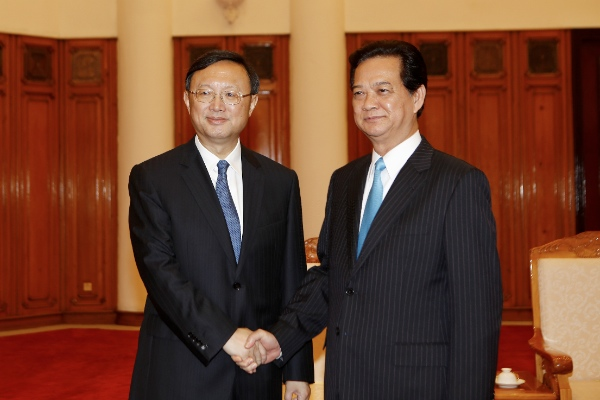 Chinese State Councilor Yang Jiechi (L) meets with Vietnamese Prime Minister Nguyen Tan Dung in Vietnam's capital Hanoi on June 18, 2014 [Xinhua]