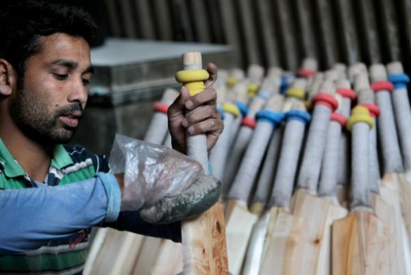 A worker makes a wooden cricket bat at a factory at Sangam, south of Srinagar, Kashmir, India [Xinhua]