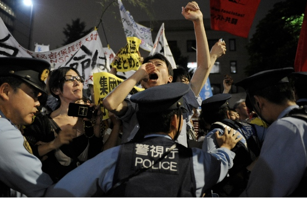 People protest against the rights for collective self-defense in front of the Japanese Prime Minister's official residence in Tokyo, Japan, June 30, 2014 [Xinhua]