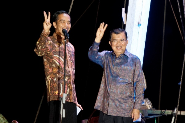 Indonesian presidential candidate Joko Widodo (L) and his running partner Jusuf Kalla gesture at Sunda Kelapa Port in Jakarta, capital of Indonesia, July 22, 2014 [Xinhua]