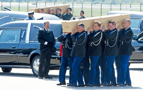 People carry a coffin containing the remains of a victim of crashed Malaysia Airlines flight MH17 during a ceremony at Eindhoven airport in the Netherlands, on July 23, 2014 [Xinhua]