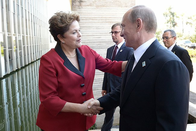 """The BRICS Bank """"will always have a different stand"""" from the IMF concerning developing countries, said Rousseff (left) in Brasilia on 16 July 2014 [PPIO]"""