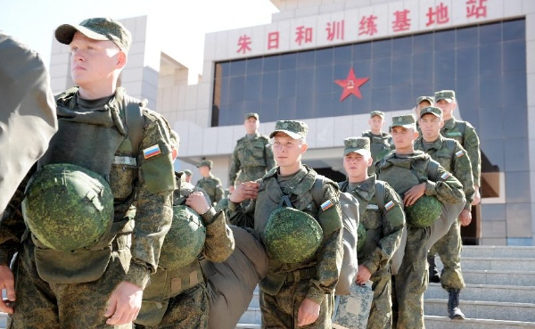 Russian soldiers arrive at the train station of the Zhurihe training base, north China's Inner Mongolia Autonomous Region, Aug. 16, 2014 [Xinhua]