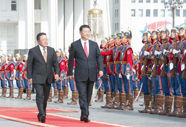Mongolian President Tsakhiagiin Elbegdorj (L, front) holds a welcoming ceremony for Chinese President Xi Jinping (R, front) before their talks in Ulan Bator, Mongolia, Aug. 21, 2014 [Xinhua]