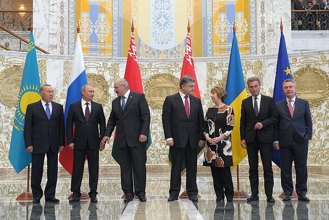 Putin with Heads of State of the Customs Union with President of Ukraine Petro Poroshenko (4th from right) and representatives of the European Union on 26 August 2014 [PPIO]