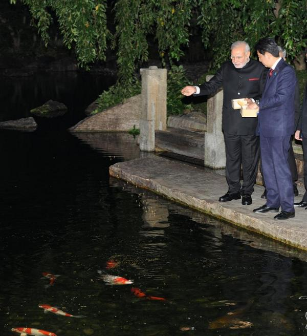 Indian Prime Minister Narendra Modi (left) and his Japanese counterpart Shinzo Abe began engagement in Kyoto following Japanese tradition of feeding the fish on 30 August 2014 [MEA,India]