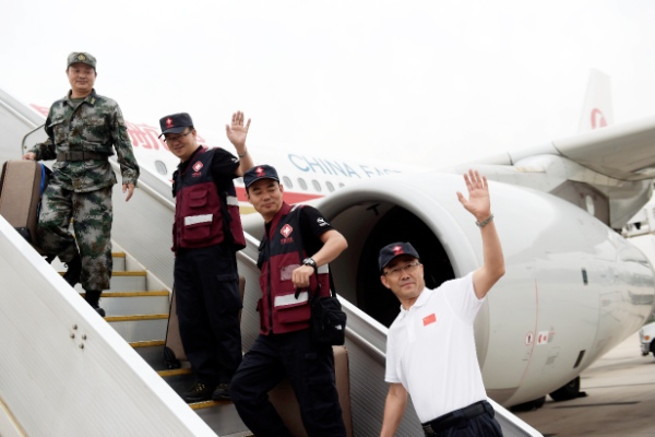 Members of a Chinese laboratory team wave before departing for Sierra Leone to help West African countries to contain the Ebola epidemic, in Beijing, capital of China, Sept. 16, 2014 [Xinhua]
