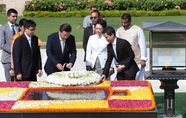 Chinese President Xi Jinping (2nd L front) and his wife Peng Liyuan lay a wreath to the memorial of Mahatma Gandhi in New Delhi, India, Sept. 18, 2014 [Xinhua]