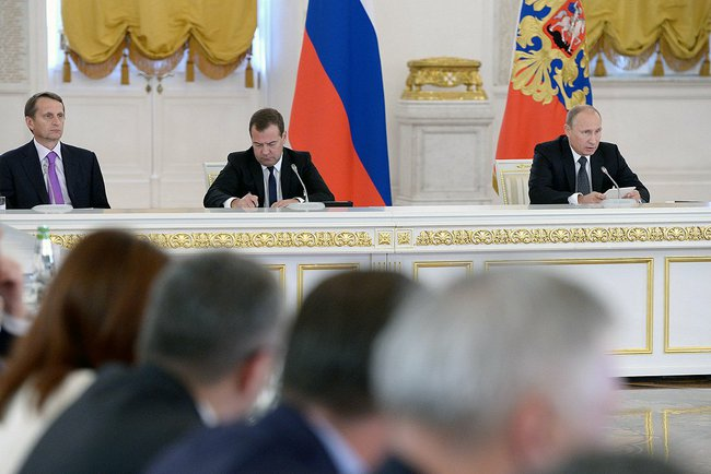 Putin at the State Council meeting with State Duma Speaker Sergei Naryshkin (left) and Prime Minister Dmitry Medvedev on 18 September 2014 [PPIO]