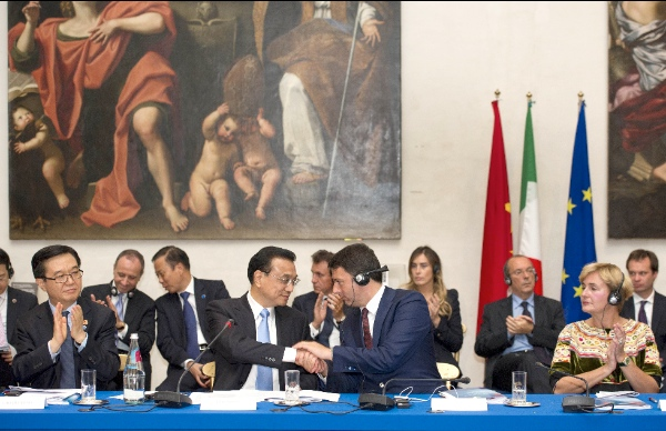 Chinese Premier Li Keqiang and Italian Prime Minister Matteo Renzi meet with members of China-Italy entrepreneur committee and entrepreneur representatives in Rome,  Italy, Oct. 14, 2014 [Xinhua]