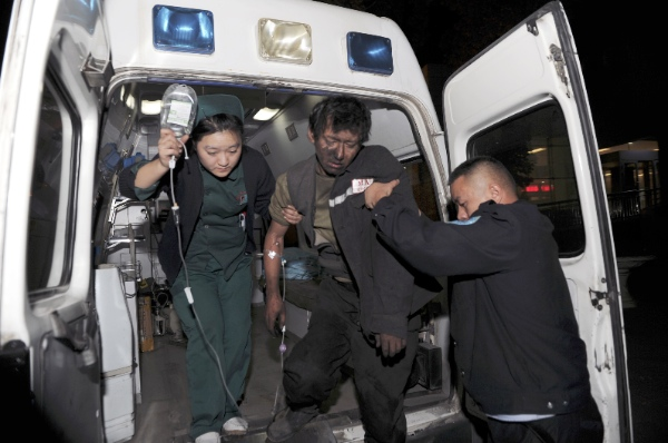 An injured miner is transferred to hospital after a coal mine collapsed in Tiechanggou Township of Urumqi, capital of northwest China's Xinjiang Uygur Autonomous Region, Oct. 25, 2014 [Xinhua]