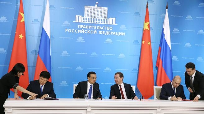 Chinese Premier Li Keqiang (left) with his Russian counterpart Dmitry Medvedev during the signing of documents at the 19th Regular Meeting of the Heads of Government of Russia and China [Xinhua]