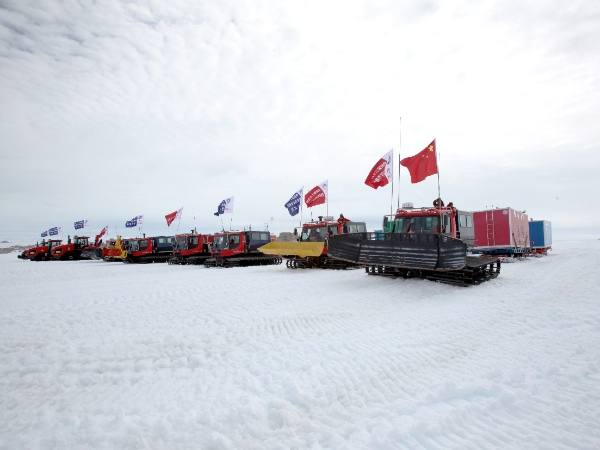 A squad team of Chinese Antarctic exploration team is pictured in Antarctic on Dec. 16, 2012, before leaving for China's Kunlun station [Xinhua]