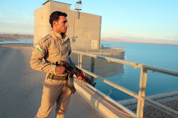 A Kurdish fighter is seen patrolling the Mosul Dam on the Tigris River, about 70 km north of the city of Mosul, northern Iraq on Nov.3, 2014 [Xinhua]