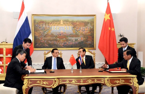 Chinese Premier Li Keqiang (center L) and Thai Prime Minister Prayuth Chan-ocha (center R) attend the signing ceremony of two memoranda of understanding on railway cooperation and farm produce trade cooperation  after they met in Bangkok, Thailand, Dec. 19, 2014 [Xinhua]