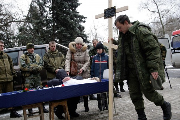 A pro-Russian rebel is laid to rest at a makeshift funeral during a lull in shelling in Donetsk [Xinhua]