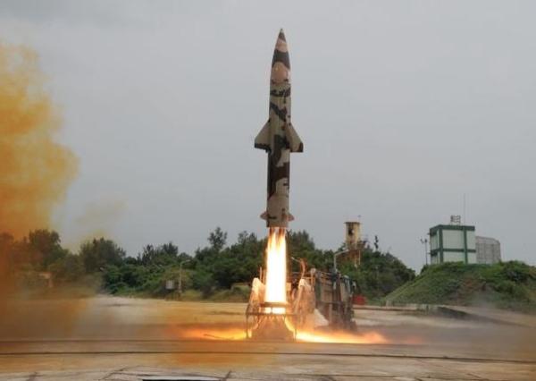 Superficie-superficie misil balístico Prithvi II despega desde un lanzador móvil carretera en Chandipur en Odisha [Imagen: DRDO, India]