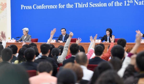 Journalists raise hands to ask questions at the press conference of Chinese Premier Li Keqiang after the closing meeting of the third session of China's 12th National People's Congress (NPC) at the Great Hall of the People in Beijing, capital of China, March 15, 2015 [Xinhua]
