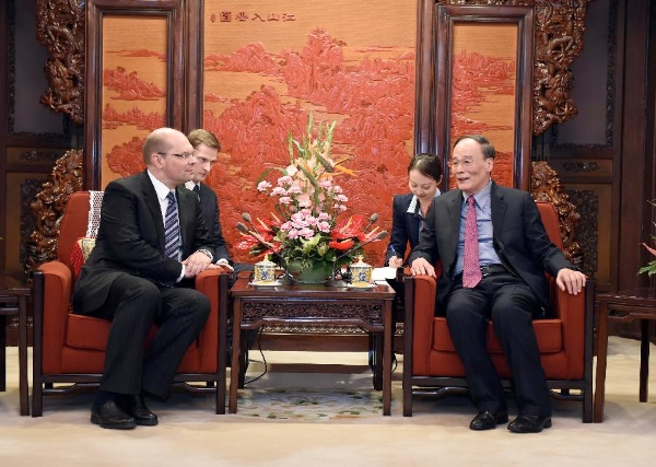 Wang Qishan (R), head of the Communist Party of China (CPC) Central Commission for Discipline Inspection, meets with Oleg Plokhoi, head of the anti-corruption department of Russia's presidential executive office, in Beijing, China, March 25, 2015 [Xinhua]