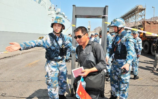 A Chinese citizen goes through security check before boarding a Chinese navy vessel in Aden Harbor, Yemen, March 29, 2015 [Xinhua]