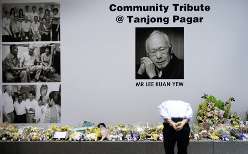 Singaporeans pay tribute to founding Prime Minister Lee Kuan Yew, who died on Monday aged 91 [Xinhua]