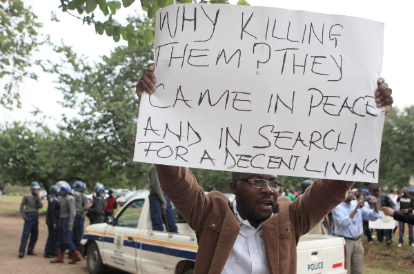 Zimbabwean people demonstrate against the xenophobic violence in South Africa outside the South African Embassy in Harare, Zimbabwe, April 17, 2015 [Xinhua]