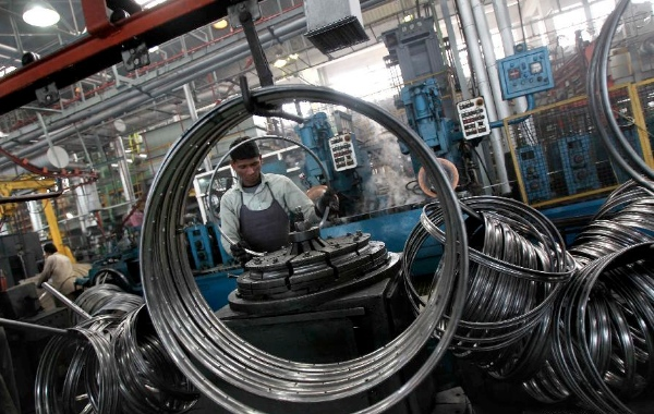 Workers make bicycle parts at a factory at Ludhina in Indian state of Punjab, Feb. 1, 2014 [Xinhua]