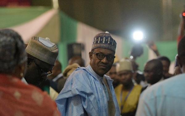 Muhammadu Buhari (C) attends the certification ceremony in Abuja, Nigeria, April 1, 2015 [Xinhua]