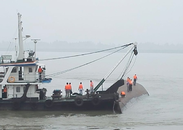 Photo taken with a mobile phone shows rescue workers near the ship capsize site in the Jianli section of the Yangtze River in central China's Hubei Province June 2, 2015 [Xinhua]