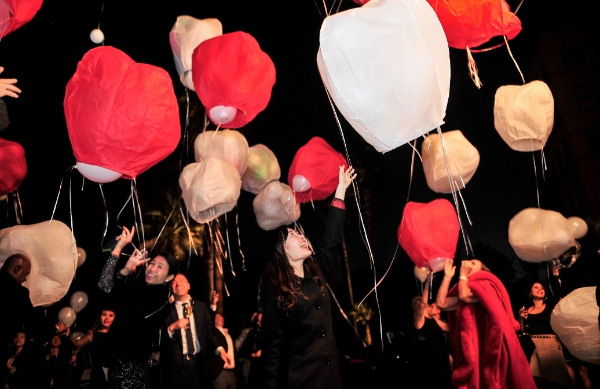 Guests of the Langham Hungtington Hotel fly kongming lanterns, or hot-air paper ballons, to celebrate the Chinese Lantern Festival in Los Angeles, the United States, on March 5, 2015 [Xinhua]